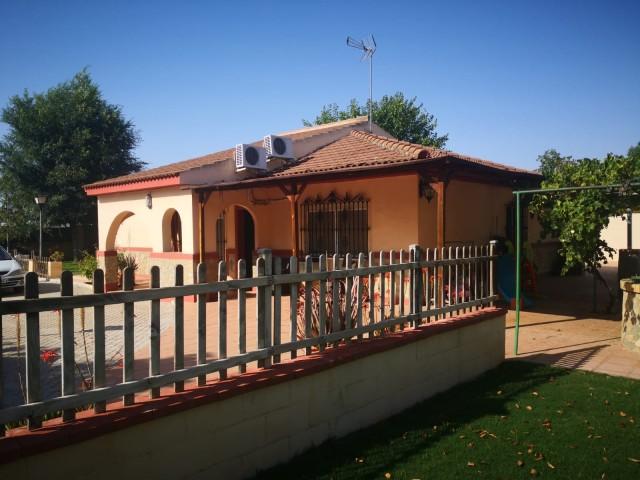 Casa en venta con 170 m2, 4 dormitorios  en Carmona, URB. EL SOCORRO