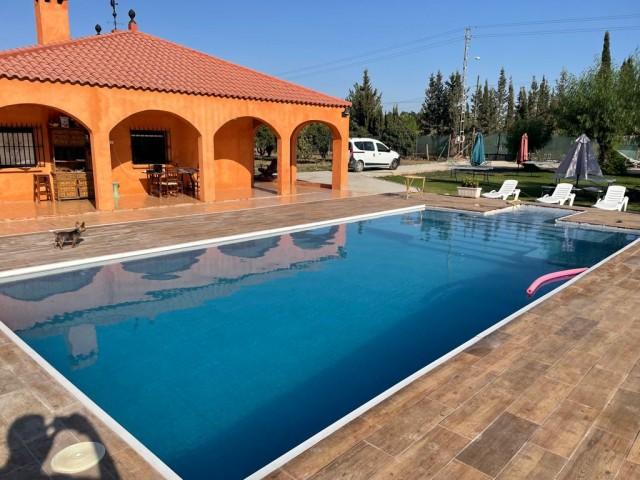 Casa en venta con 153 m2, 4 dormitorios  en Carmona, urbanizacion el corzo